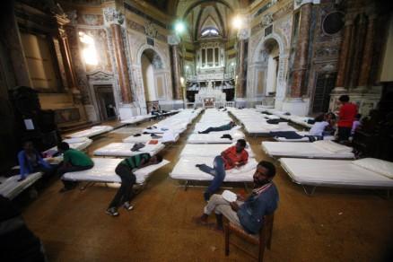 accampamento profughi in chiesa
