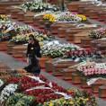 WCENTER 0XJEBANGJP                20090410 - COPPITO - L'AQUILA - DIS - TERREMOTO: L'ITALIA IN LUTTO PIANGE I MORTI D'ABRUZZO. COMPOSTO DOLORE A SOLENNI FUNERALI, 205 BARE E TANTE AUTORITA'. Il dolore di parenti e amici delle vittime del terremoto stamani prima dei solenni funerali nella piazza d'Armi della Scuola Ispettori della Guardia di Finanza di Coppito (L'Aquila).  ANSA/CIRO FUSCO/DRN