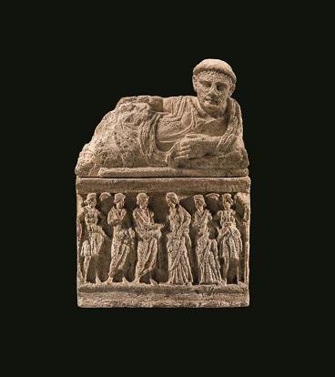 16_Urna funeraria in tufo con coperchio