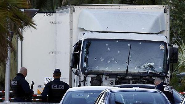 nizza-insanguinata-da-un-camion-bambini-morti2